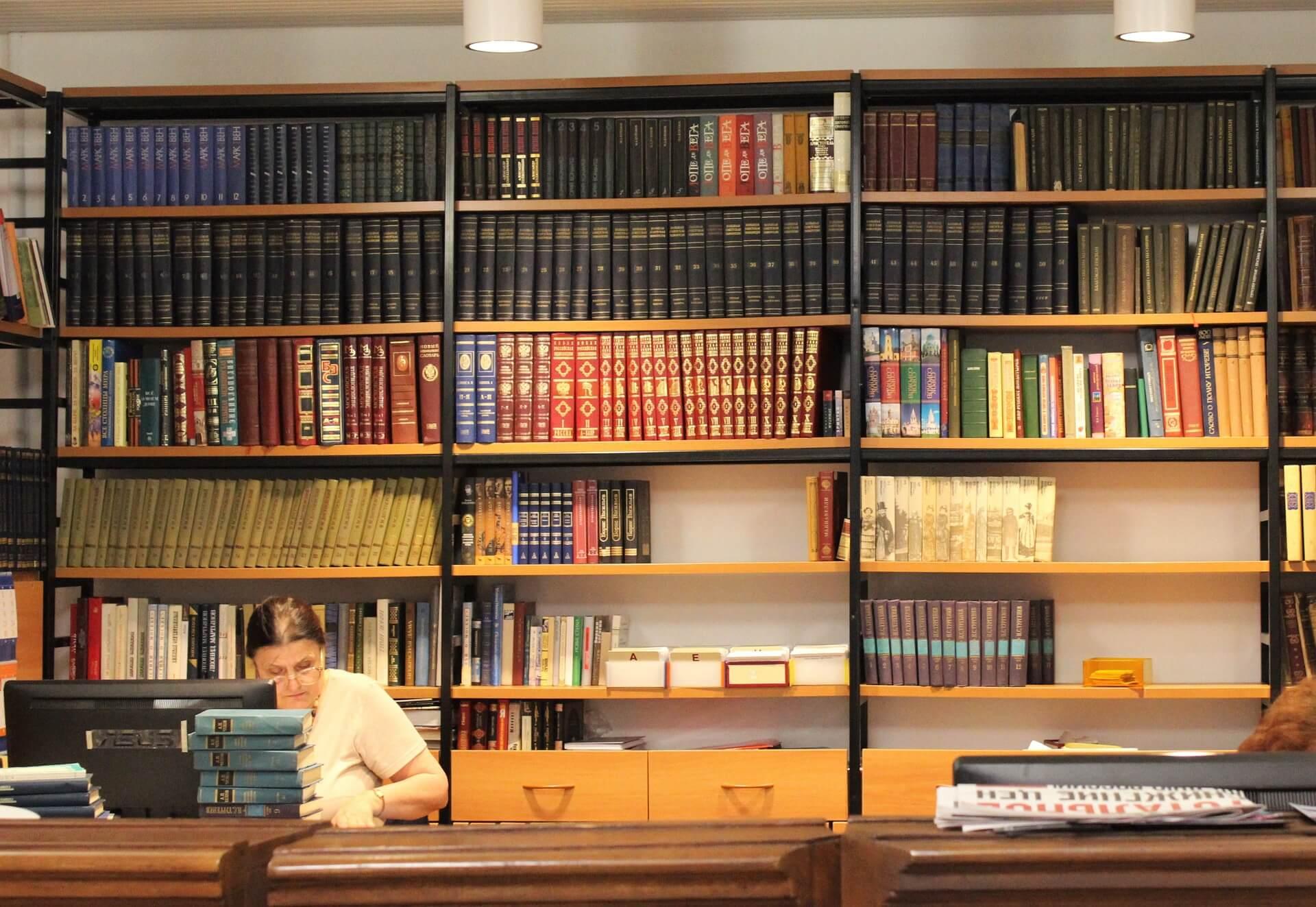 Jak udekorować półki na książki?